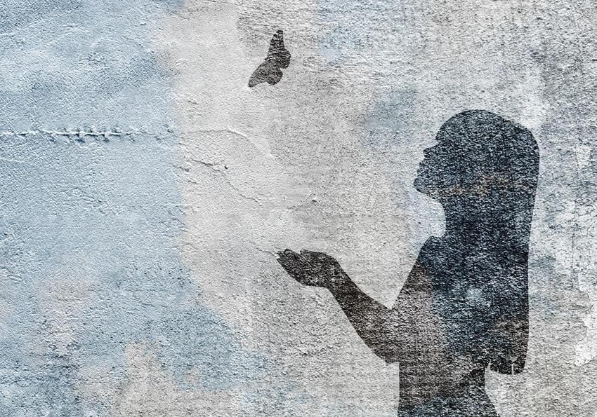 dettaglio carta da parati bambina con farfalla
