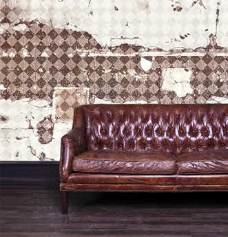 carta da parati incollata dietro a muro, divano vintage