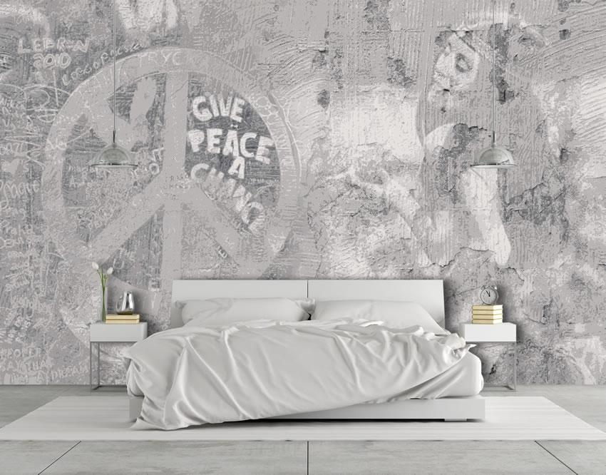 immagine della carta da parati incollata nella parete dietro a un letto