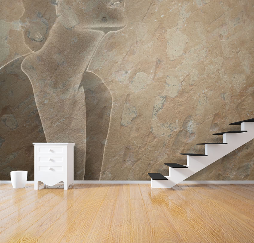 Carta da parati effetto pietra incollata dietro la scala di un appartamento