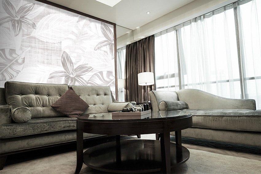 Immagine della carta da parati fiori e foglie incollata su appartamento