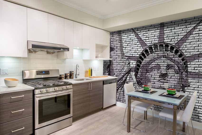 Carta da parati incollata su una cucina in stile newyorkese