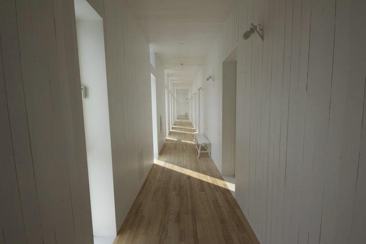 corridoio senza decorazioni