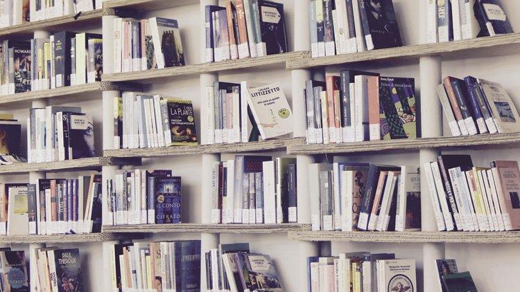 libreria a giorno dentro casa
