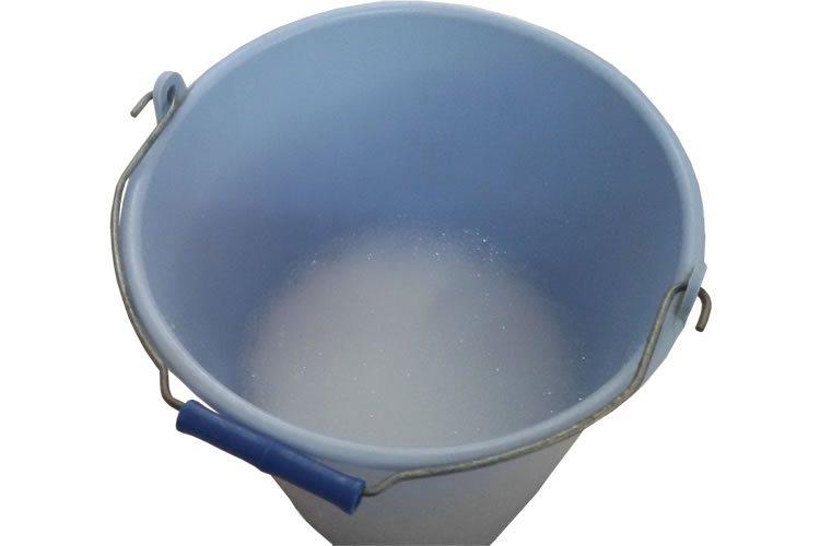 acqua e sapone per pulire la carta da parati